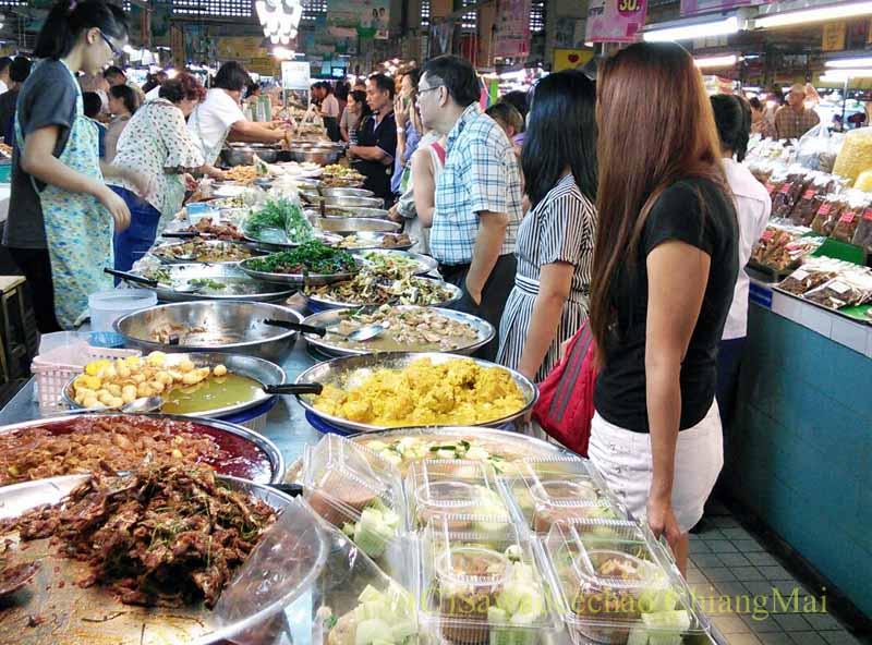 チェンマイ市内のタラート(市場)のおかず屋