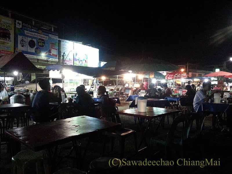 タイ北部の街プレーの中心部にある小さなナイトマーケット