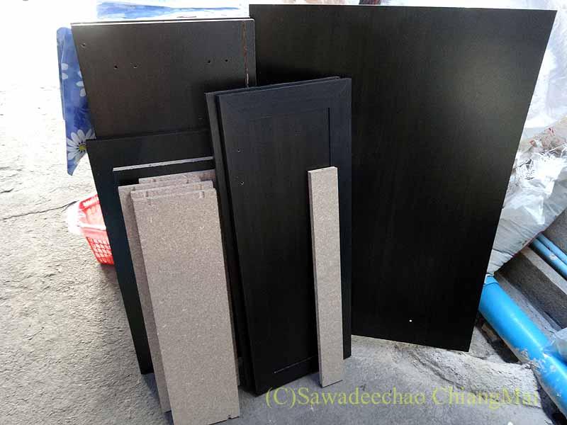 チェンマイで購入した組み立て式シューズボックスの部材