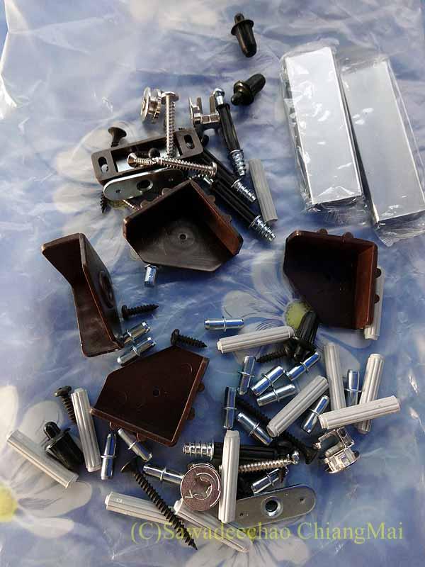 チェンマイで購入した組み立て式シューズボックスの部品
