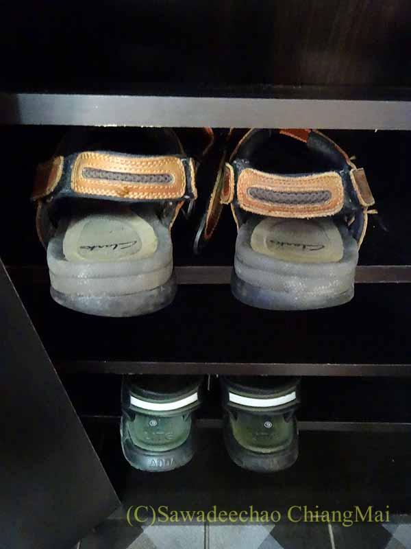 チェンマイで購入した組み立て式シューズボックスに入れたサンダル