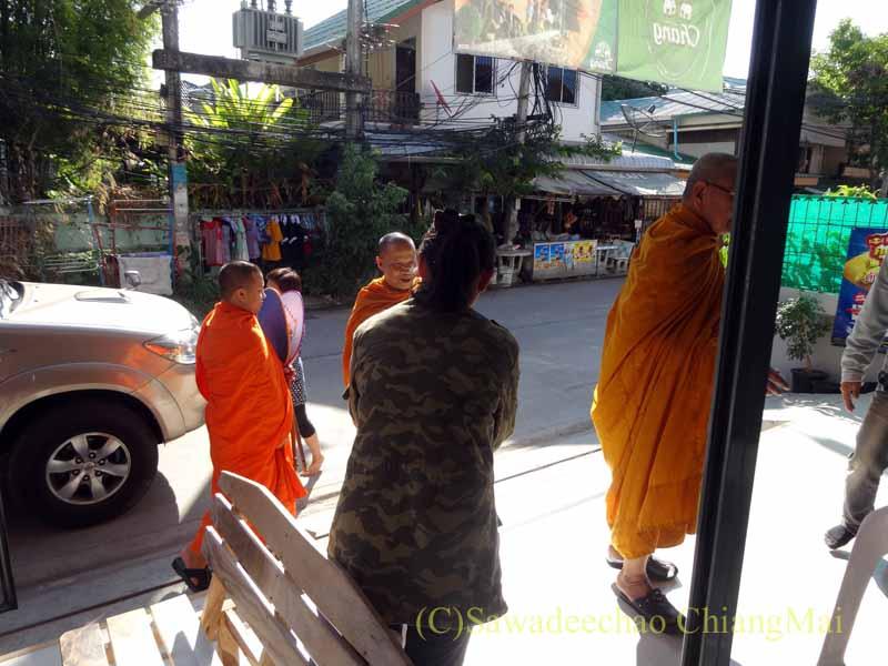 チェンマイのタイ人の家の新築祝いの儀式にやってきた僧侶