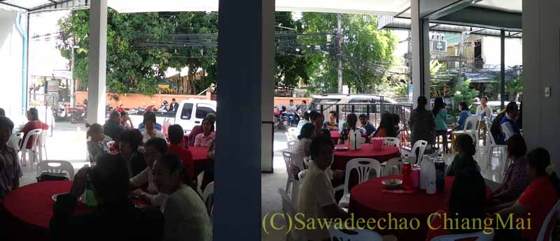 チェンマイのタイ人の知り合いの家の新築祝いの会場に集まった人々