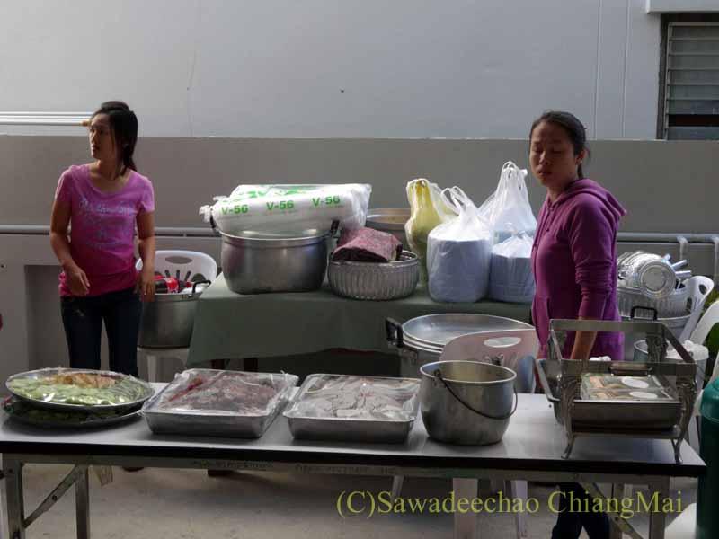 チェンマイのタイ人の知り合いの家の新築祝いの食事の準備