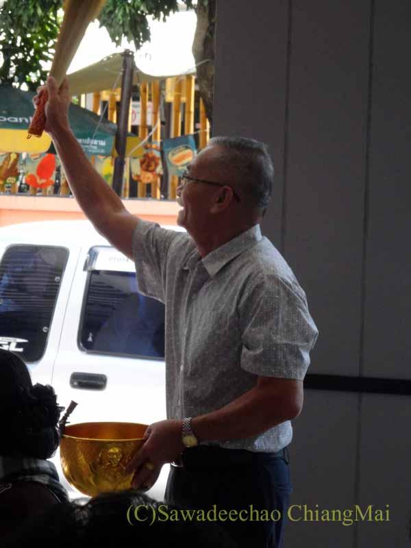 チェンマイのタイ人の知り合いの家の新築祝いで聖水を振りかける寺男