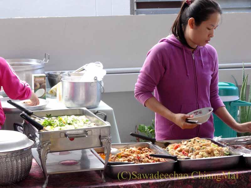 チェンマイのタイ人の家の新築祝いのパーティー