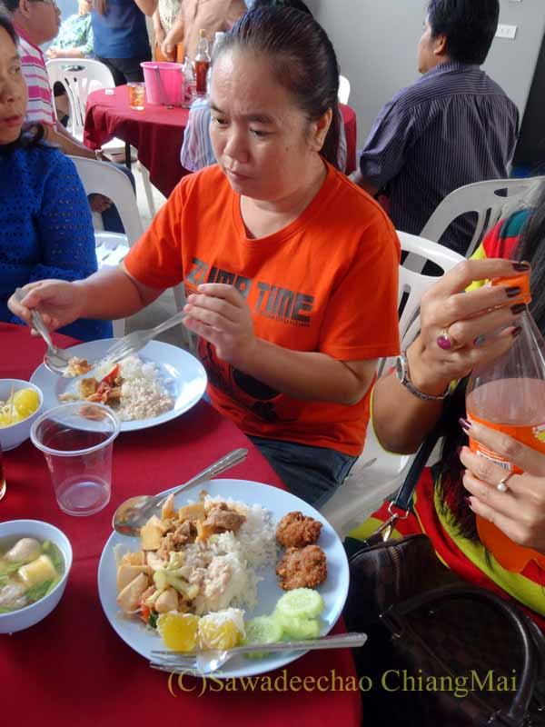 チェンマイのタイ人の知り合いの家の新築祝いで料理を食べる参加者