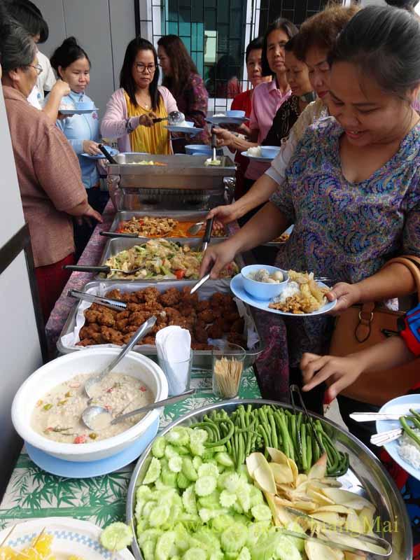 チェンマイのタイ人の知り合いの家の新築祝いで料理を取る人々