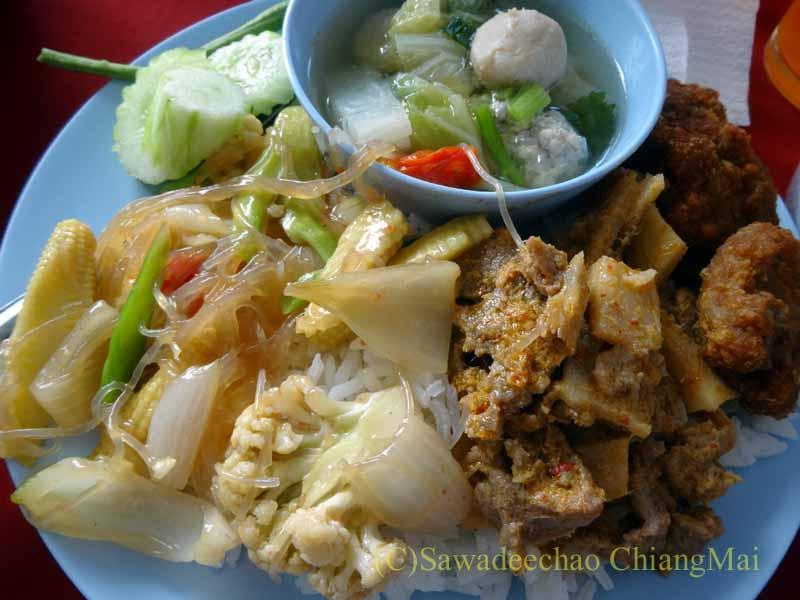 チェンマイのタイ人の知り合いの家の新築祝いで食べた料理