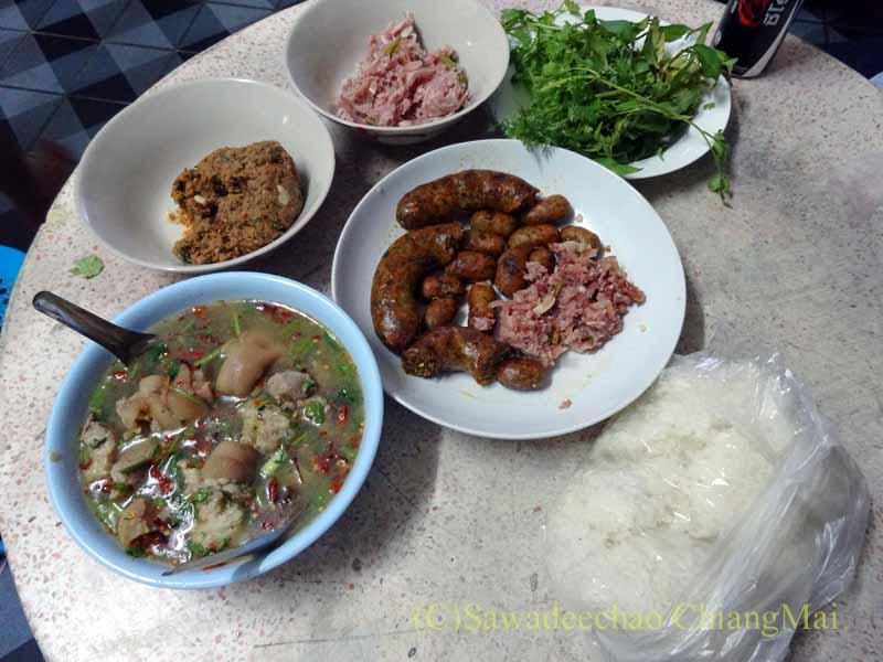 チェンマイの友人の家で食べたチェンマイ料理とタイ料理の夕食全景
