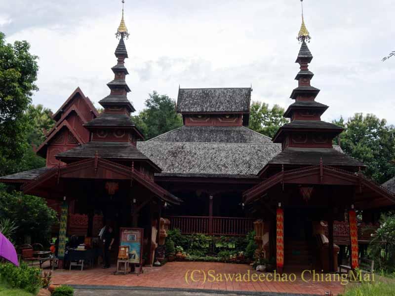 タイのプレーにあるシャン族様式の寺院ワットチョームサワン概観