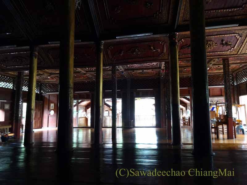 タイのプレーにあるシャン族様式の寺院ワットチョームサワンの内部概観