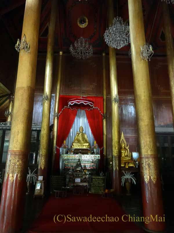 タイのプレーにあるシャン族様式の寺院ワットチョームサワンの本尊
