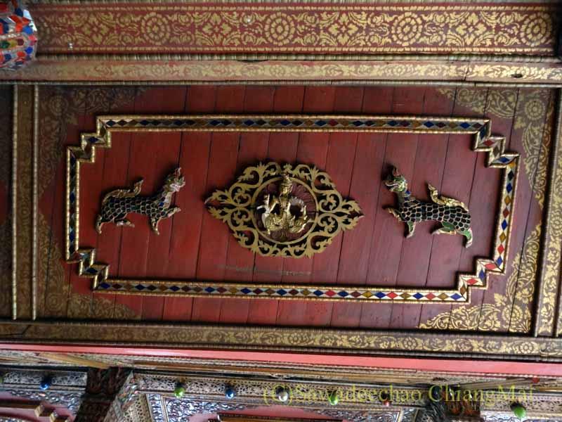 タイのプレーにあるシャン族様式の寺院ワットチョームサワンの天井の模様