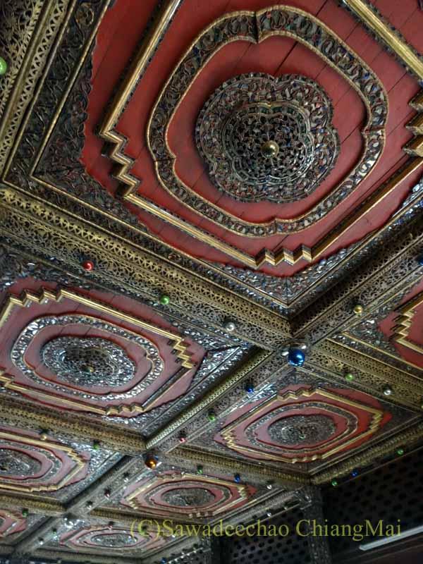 タイのプレーにあるシャン族様式の寺院ワットチョームサワンの天井