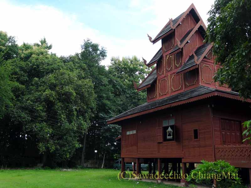 タイのプレーにあるシャン族様式の寺院ワットチョームサワン周囲の森