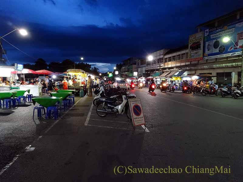 タイ北部の街プレーの中心部にある小さなナイト・マーケット全景