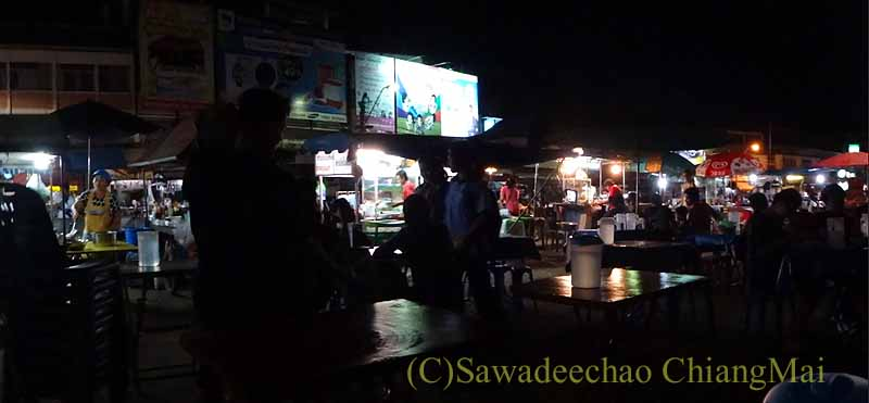タイ北部の街プレーの中心部にある小さなナイト・マーケット概観