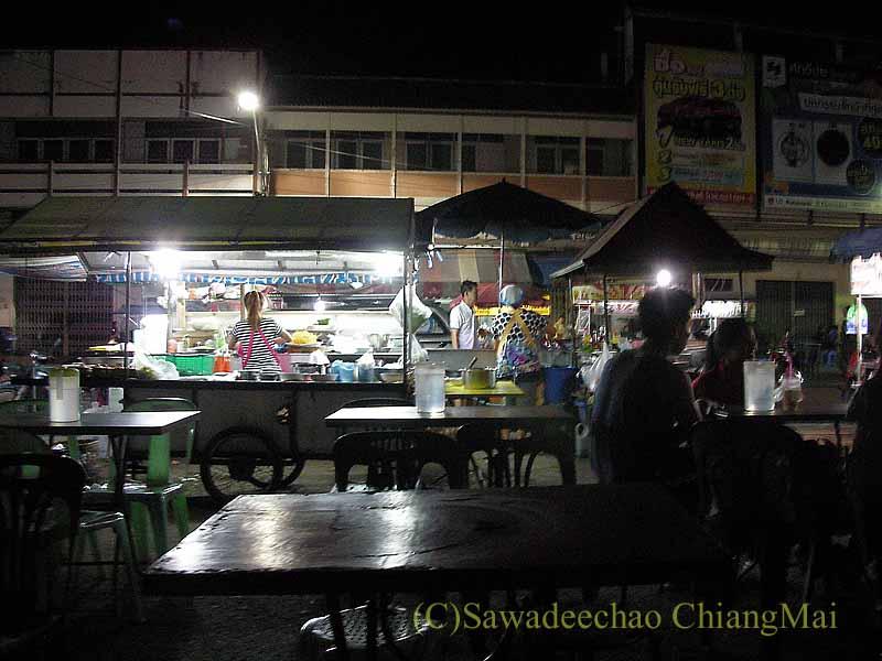 タイ北部の街プレーの中心部にある小さなナイト・マーケットの食堂概観