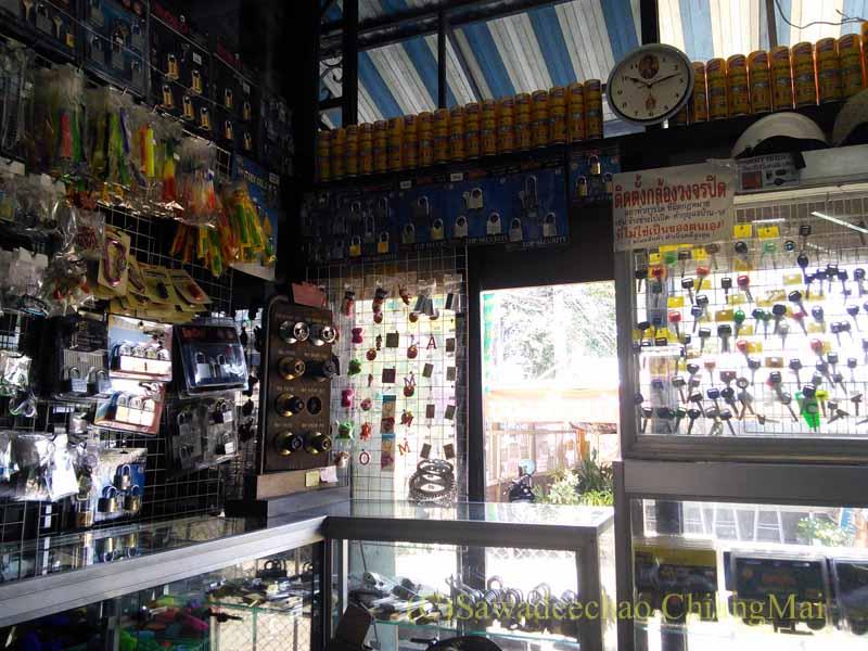 チェンマイ-ラムプーン通り(国道106号線)沿いの合鍵屋の店内概観