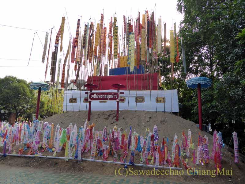 チェンマイのソンクラーンで作られる砂のチェディ(仏塔)