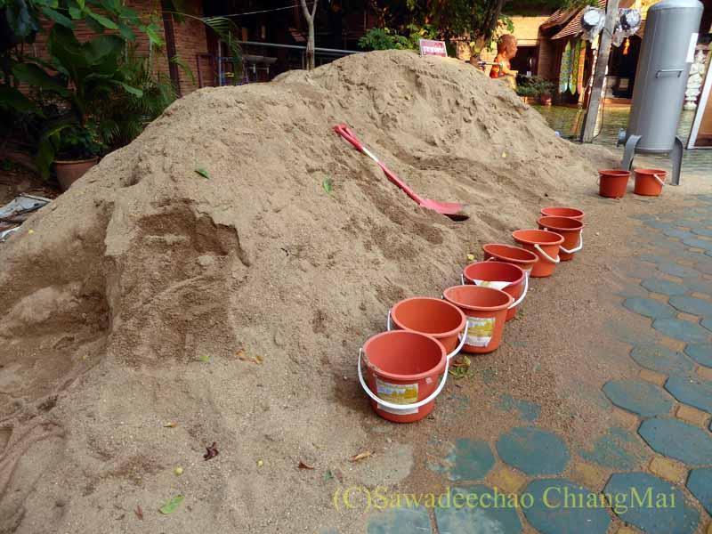 チェンマイのソンクラーンで作られる砂のチェディ(仏塔)用の砂