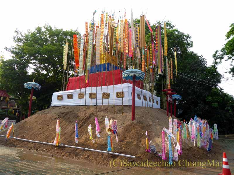 チェンマイのソンクラーンで作られる砂のチェディ(仏塔)全景
