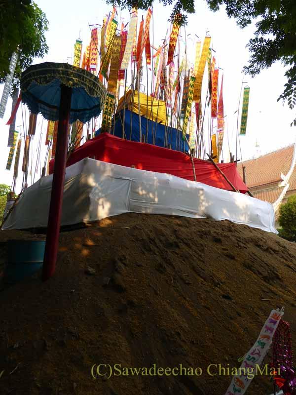 チェンマイのソンクラーンで作られる砂のチェディ(仏塔)の頂上部