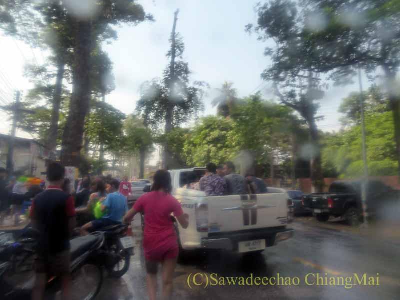 チェンマイ南部郊外の国道沿いでのソンクラーンの様子