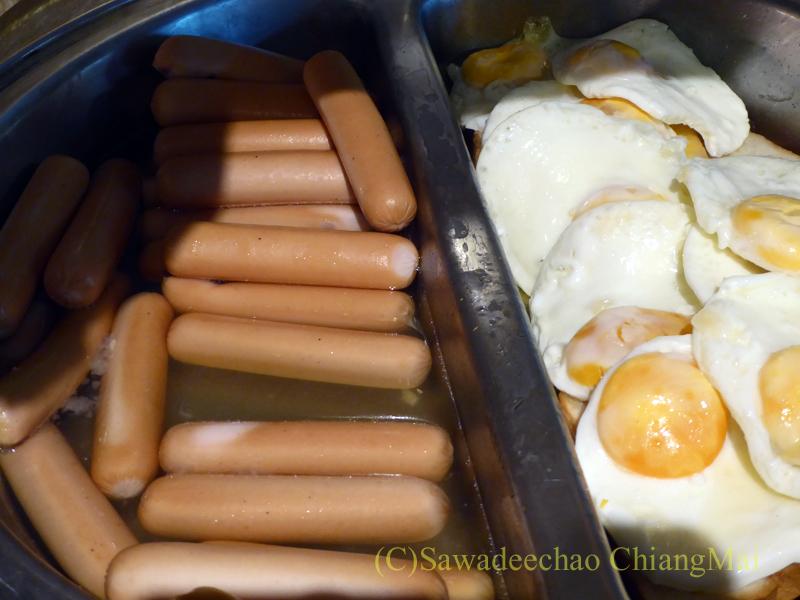 スワンナプーム空港にあるミラクルファーストクラスラウンジの卵料理とソーセージ