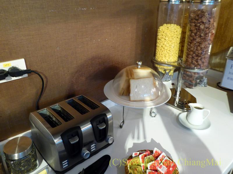 スワンナプーム空港にあるミラクルファーストクラスラウンジのパンとシリアル