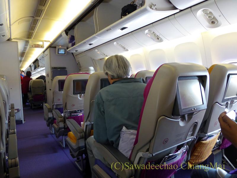 タイ国際航空TG319便カトマンズ行きのエコノミークラスの機内