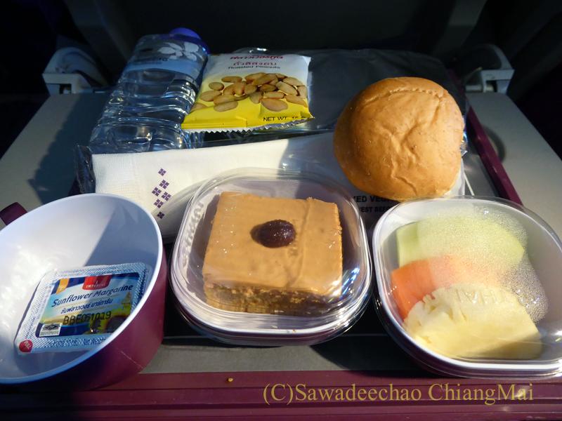 タイ国際航空TG319便カトマンズ行きのエコノミークラスで出た機内食全景