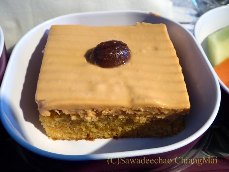タイ国際航空TG319便のエコノミークラスで出た機内食のケーキ