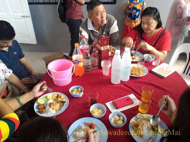 チェンマイのタイ人の知り合いの家の新築祝いで歓談する人々