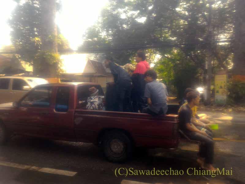 チェンマイ南部郊外の国道沿いのソンクラーンのピックアップトラック