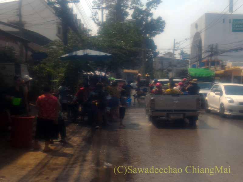 チェンマイ南部郊外の国道沿いのかなり激しいソンクラーン