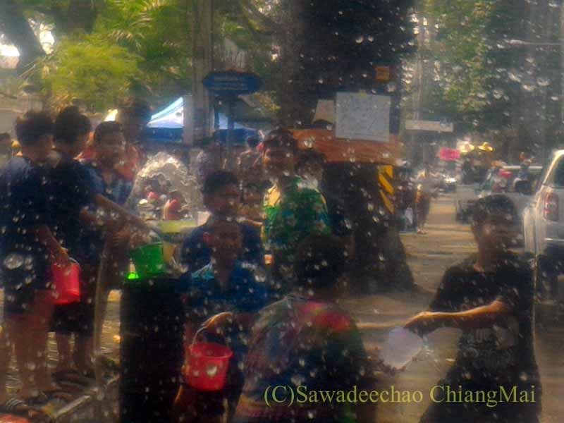 チェンマイ南部郊外の国道沿いのソンクラーンで水かけする集団