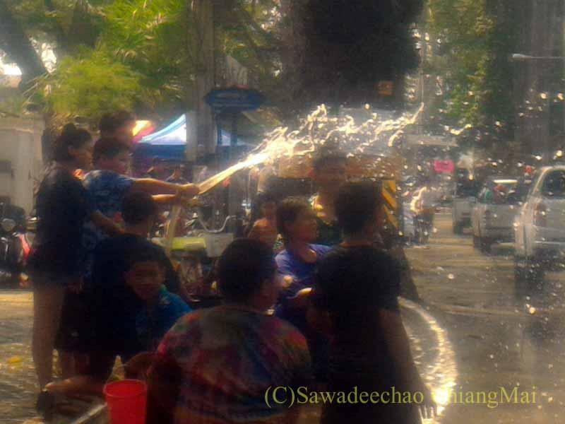 チェンマイ南部郊外の国道沿いのソンクラーンでの激しい水かけ