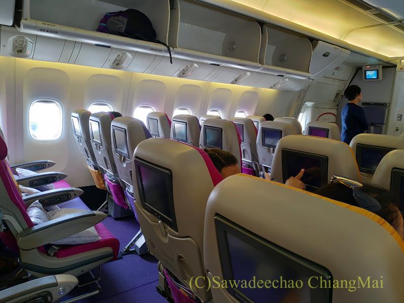 タイ国際航空TG319便カトマンズ行きのエコノミークラスのキャビン