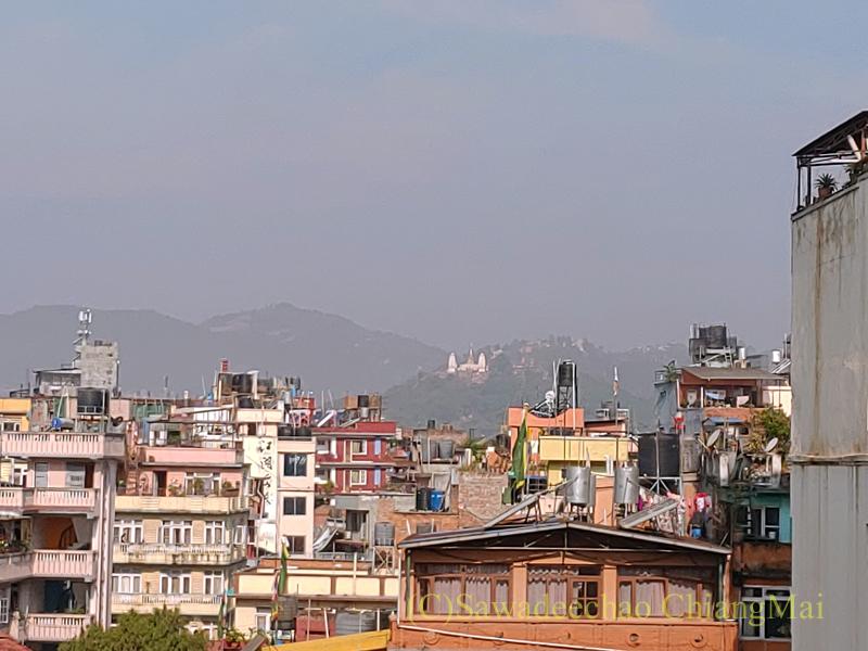 ネパールの首都カトマンズのアスターホテル屋上から見たスワヤンブー寺院