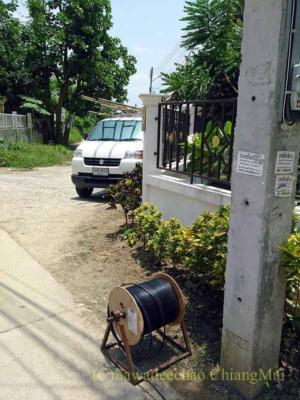 チェンマイの自宅にネット敷設工事に来たTRUEの電線の束