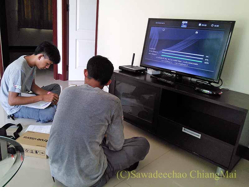 CATVのセットトップボックスをセッティングするTRUEの作業員