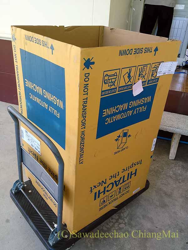 チェンマイで購入した日立製の全自動洗濯機の運び込み