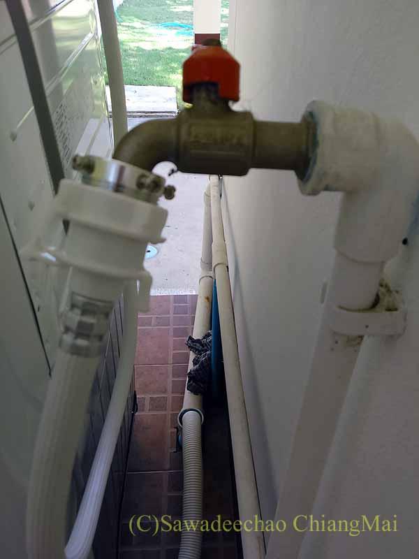 チェンマイの自宅に設置された日立製の全自動洗濯機の水道の蛇口