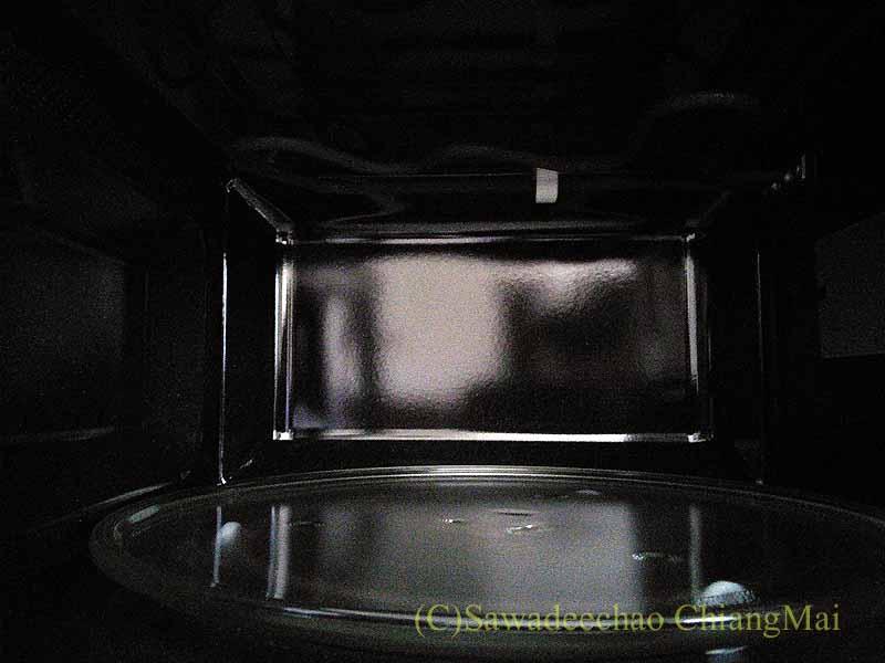 チェンマイの家電量販店で購入したオーブン電子レンジの内部