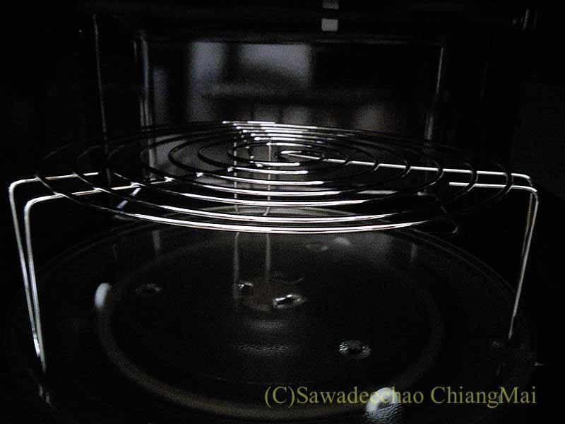 チェンマイの家電量販店で購入したオーブン電子レンジの脚台