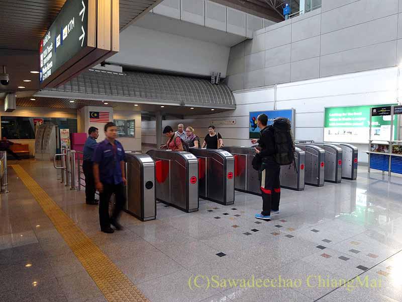 マレーシアの空港鉄道KLIAエクスプレスの改札