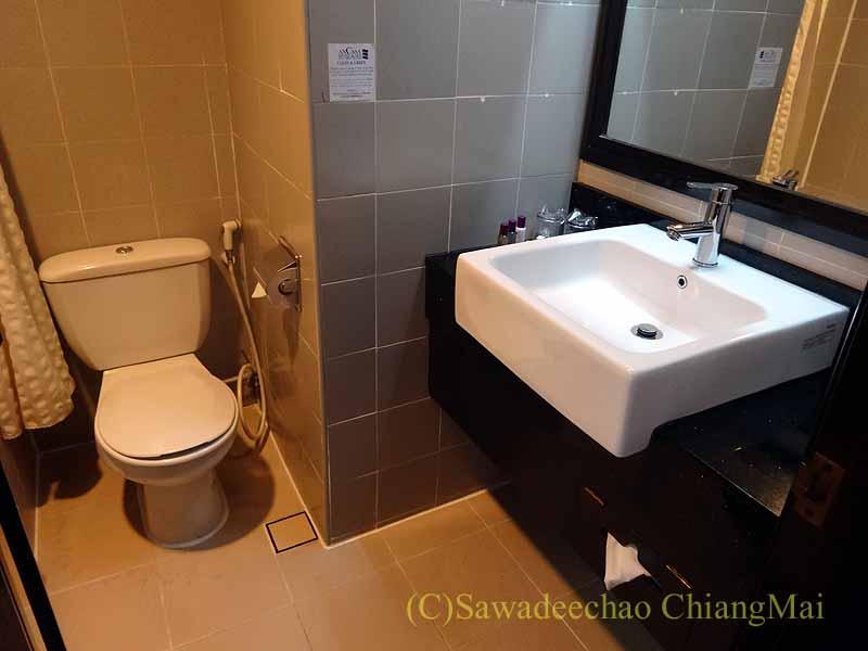 クアラルンプールにあるアンカサホテルの客室のトイレと洗面台