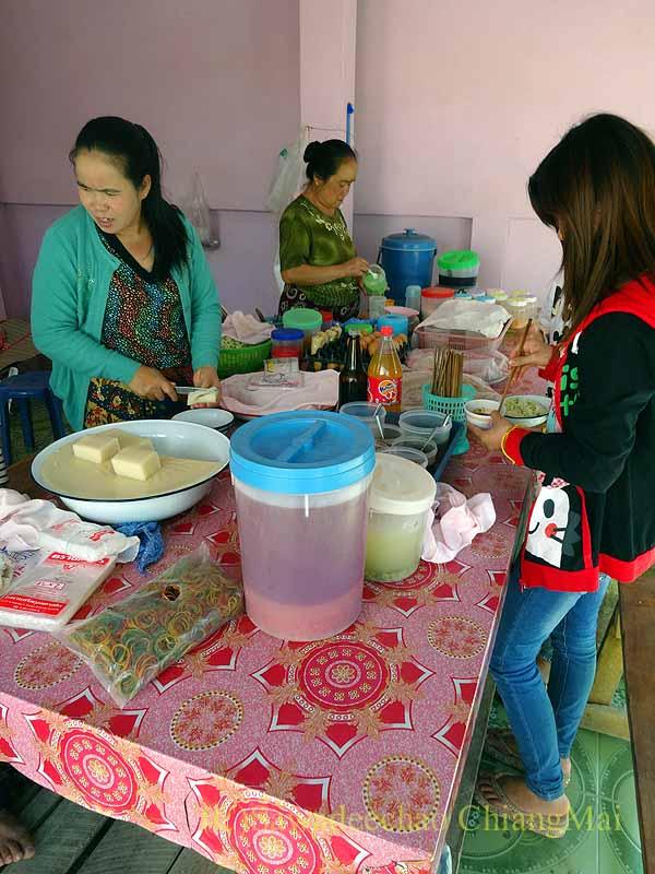 ミャンマーのタチレクにあるタイヤイ(シャン族)料理の食堂のキッチン